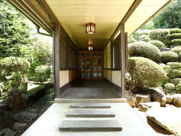南條自慢の日本庭園をご覧いただきながら、大浴場へとお進みください。