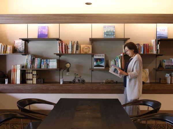 本を眺めながらゆっくりと、寛ぎのひと時をお過ごしくださいませ。
