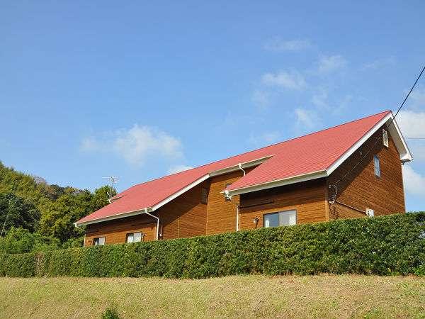 ≪ファームイン市原外観≫ 自然に囲まれた赤い屋根が目印です!!