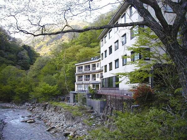 浜屋旅館の外観。古くからの温泉を守り、山奥にたたずむ一軒宿です。