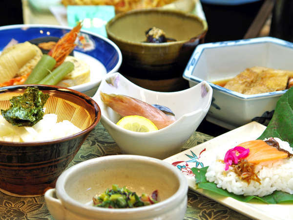 <夕食一例>郷の地産地消で作る献立は季節によって旬のものを選び、一汁六菜、家庭的な郷土料理です。