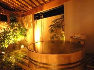 風情溢れる湯けむりの中心ゆくまで樽風呂を満喫してください。