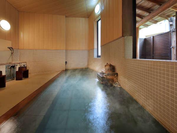 【かじかの湯 内湯】風情ある露天風呂では爽やかな風を感じてください。