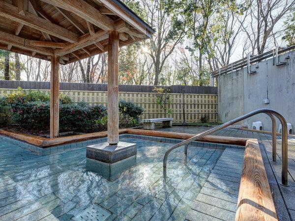 *露天風呂/広々とした檜風呂。朝は6時半からご利用いただけます。