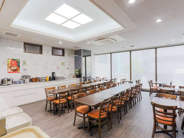 【館内】明るい光が差し込むレストランで朝食を♪