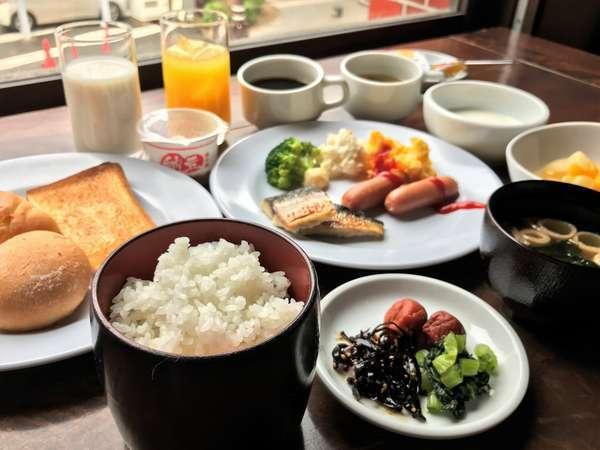 朝食は和洋バイキングスタイル
