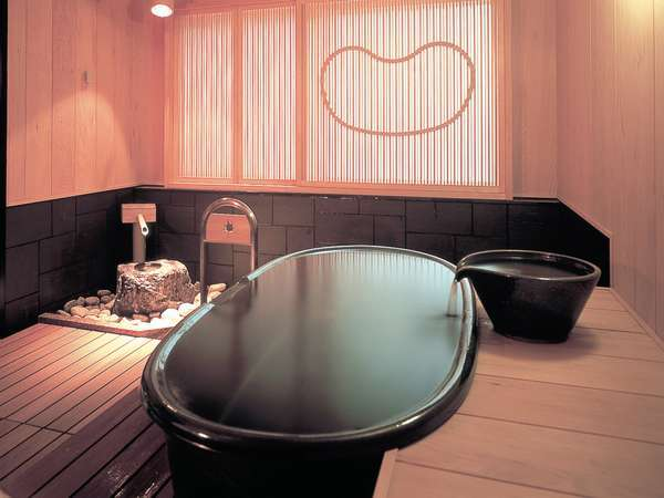 【2F 貸切り湯/○湯】お肌にやわらか陶器のお風呂は、2名でのご利用に最適