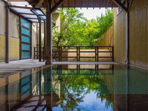 【花唄湯】四季の移ろいを感じる男性大浴場「花唄湯」の木造り露天風呂