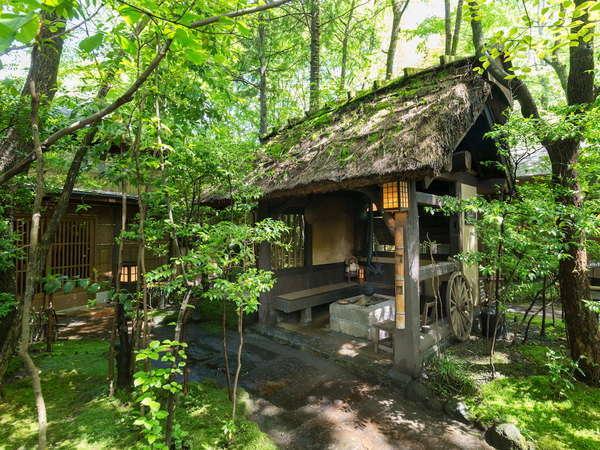 【館内/庭】どこか懐かしさを感じさせてくれる茅葺き屋根と囲炉裏の組み合わせ。心が和みます