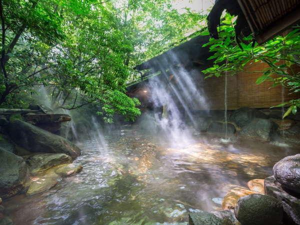 【露天風呂/女湯】木漏れ日の中、木々のささやきと鳥のさえずりをBGMに掛け流しの湯をお愉しみください