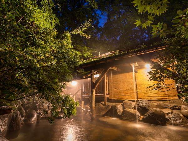 【露天風呂/女湯】夜は昼とはまた違った表情をみせてくれます。星空を眺めながらする湯浴みもまた贅沢です
