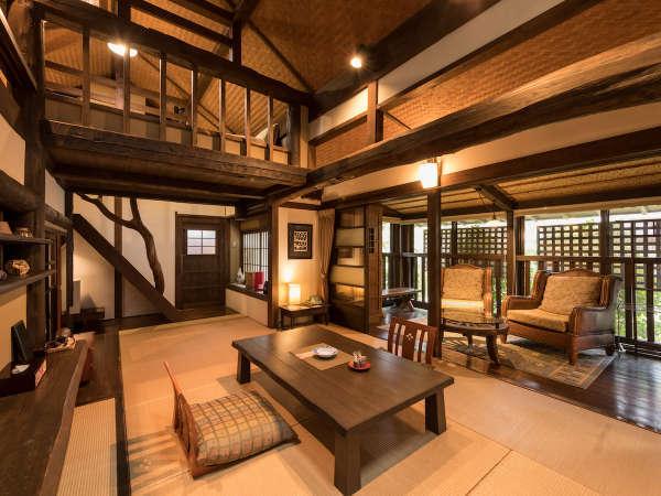 【客室/ロフト付き離れ】メディアでもよく取り上げていただく、立派な梁組と高い天井が特徴のお部屋です