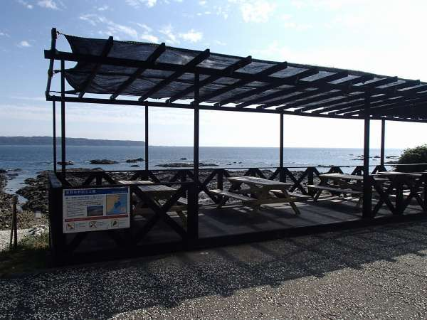 海側テラス席♪バーベキューをしたり、海を眺めたり・・・