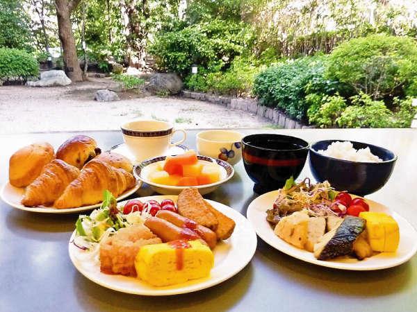 庭園を眺めながら優雅に和洋の朝食バイキングをお召し上がり頂けます。