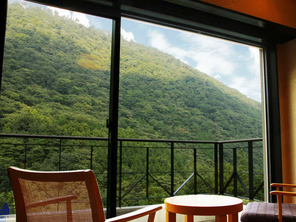 目の前には雄大な湯坂山が広がり、四季折々の表情で見るものを楽しませてくれます。
