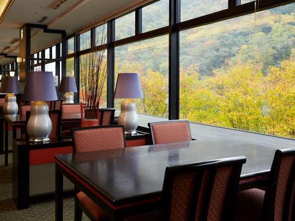 秋の湯坂山もごちそうのひとつ。旬の食材を美しく盛り付けたこだわりの懐石料理をどうぞ。