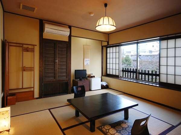 窓からは時期になれば八重桜がご覧いただけます。10畳和室の一例