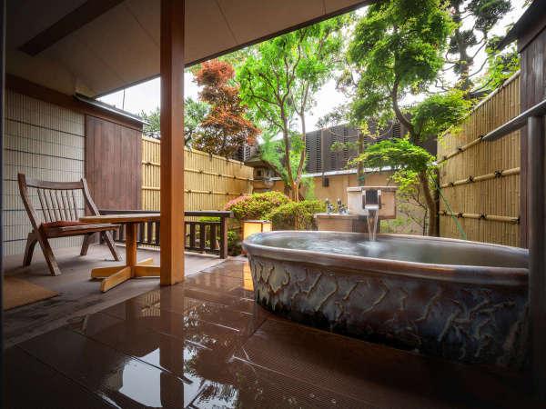 【庭園露天風呂付客室】陶器とひのき、二つのタイプがございます♪