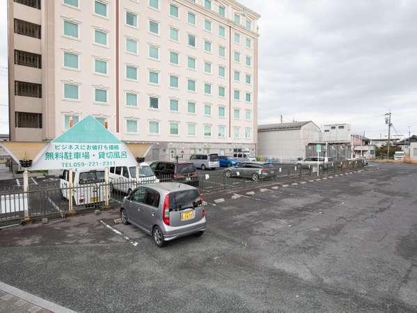 駐車場:約60台の無料平面駐車場