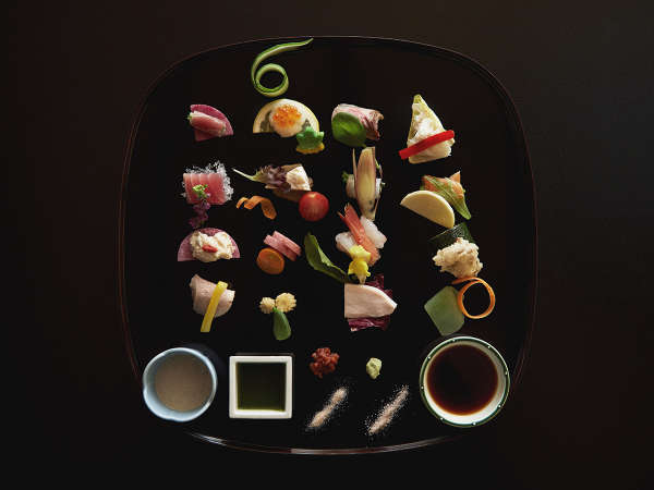 日本料理「あづま」 四季折々の食材を用いた料理。窓側の席では空港の夜景が眼下に広がります。