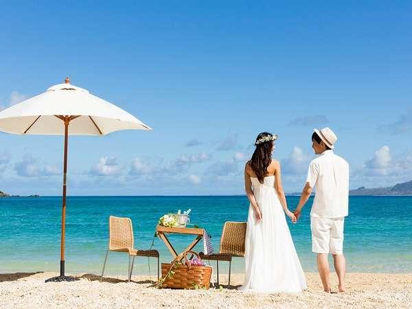 ホテルから徒歩1歩のキラキラビーチ。いつまでも飽きない波のリズムに心もカラダも癒される素敵なの時間