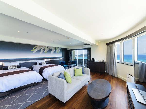 ぐるりとエメラルドグリーンの水平線が見渡せるお部屋。