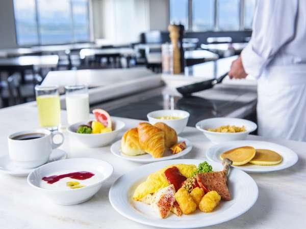最上階から見る海をお楽しみ頂きながら、地元の新鮮素材を使ったお料理をごゆっくりとご堪能ください。