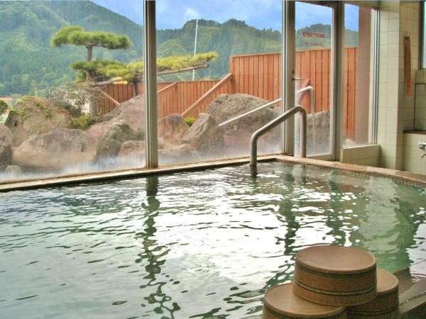 【男性用大浴場(24時間入浴OK)】湯につかれば、山間の温泉地らしい山々の風景と空を眺めて湯あみ