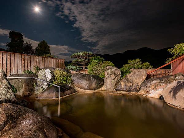 *【巨石露天風呂(夜)】月明かりと自然の織り成す音を愉しむ贅沢な空間