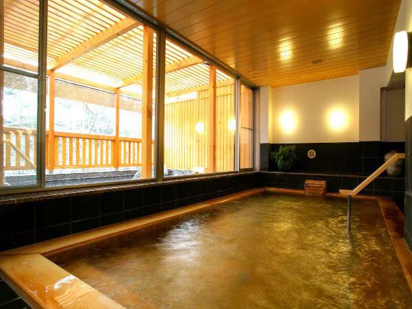 【大浴場・檜扇】年季の入った木の大きな湯船です。