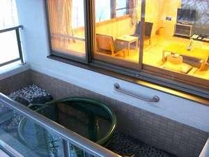 露天風呂付和室禁煙のバルコニーには陶器の形をした浴槽あります。プライベート感ばっちりです!