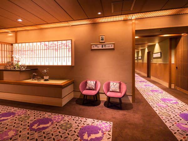 春夏秋冬をイメージしたエレベーター前の広場。廊下には365日の花紋が。私の誕生日は、どんな花かな?