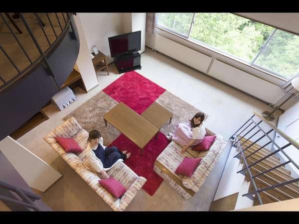メゾネットスイートは部屋の中に階段が組みこまれた2階層のお部屋。ゆったりとお寛ぎいただけます。