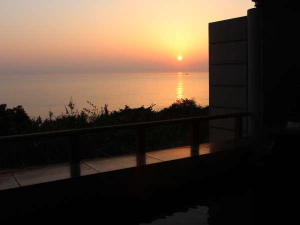 露天風呂から望む日の出は格別です。7月1日時点で4時24分頃で、早起きが必須です^^