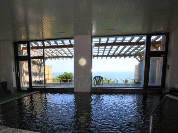 内風呂からも太平洋を望むことができます。旅の疲れをゆっくりと癒して下さい
