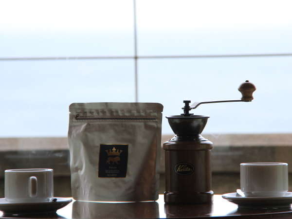 全客室にミル挽きコーヒーをご用意しています。海を見ながら挽き立ての香りをお楽しみ下さい