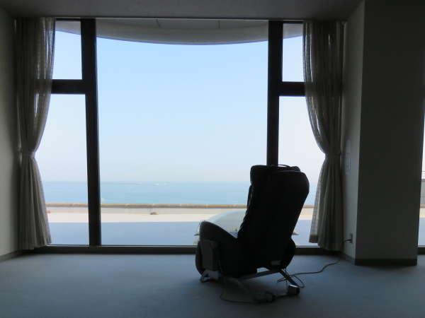 2階のラウンジにマッサージチェアをご用意しています(有料)。海を見ながらリラックス♪