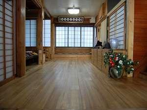 玄関を入ると桐の床が広がります。そのまま桐のやさしさ、暖かさをお感じください。