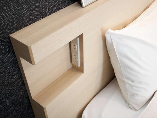 ベッドにはコンセントがあるのでスマホの充電もバッチリ♪