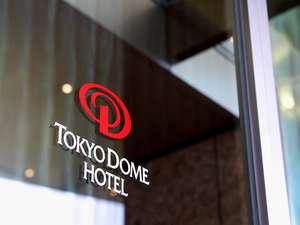 ○ホテルロゴマーク DOMEの「D」をモチーフに、ホテルのエンタテインメント性を表現