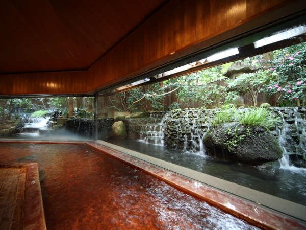 【滝の湯】絵画のような庭園を愛でながら浴槽に身を浸すと、自然と心に詩情が沸き起こります