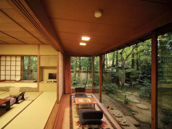 【衆芳亭】大正屋で最高峰の客室の一つ。広々としたお部屋で特別なひととき