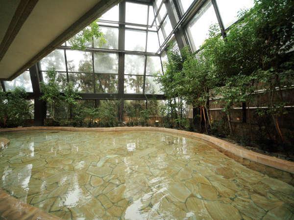【四季の湯】広く明るく開放的な空間が体と心を解きほぐします