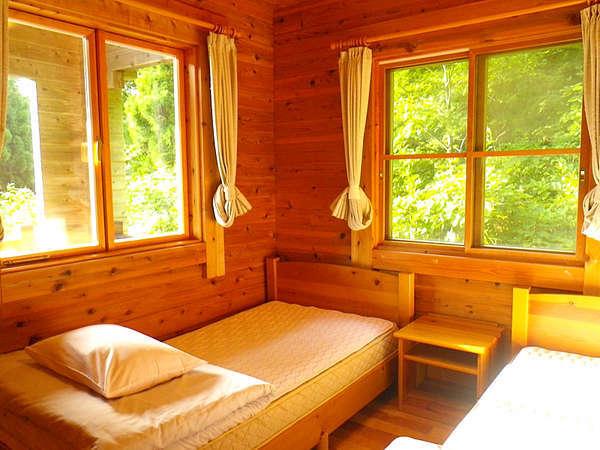 コテージ(6名棟)一例/清潔感のある寝室