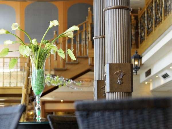 ロビー/明るく華やかな雰囲気に満ちた館内。ロビーの大きな窓からは阿寒湖を一望。