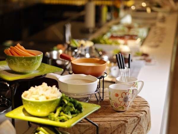 バイキングレストラン/チーズフォンデュも!お好みの具材をトロトロチーズに付けてどうぞ♪