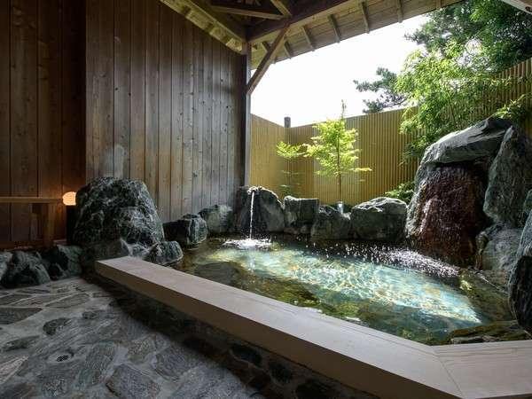 湯ったり、まったり三波石が輝く、貸切温泉露天風呂、夜は間接照明で雰囲気◎