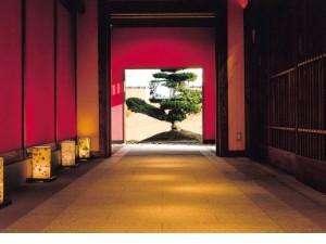 どこか懐かしい壁と松の大江亭エントランス