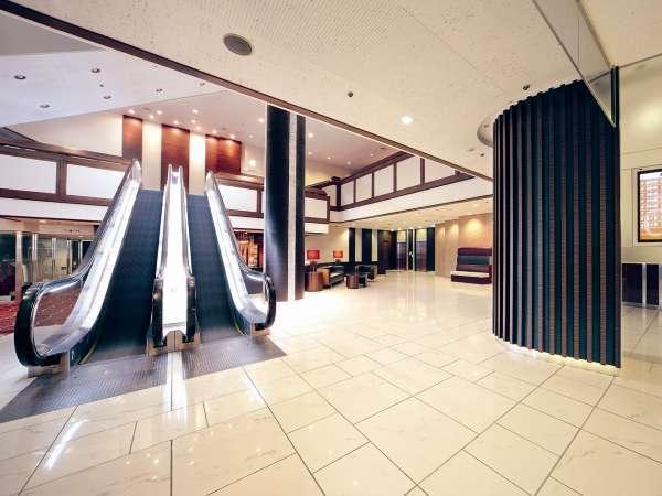 【南館側ロビー】宴会場へ向かうエスカレーターと、客室専用エレベーターがございます。