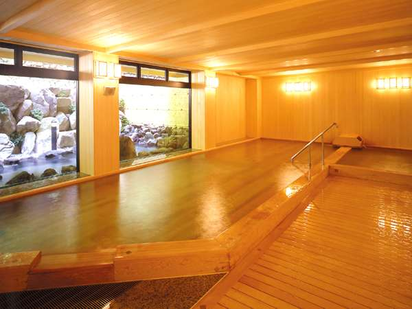 【大浴場】桧造りの内湯は、常温風呂と高温風呂があり24時間入浴OK♪
